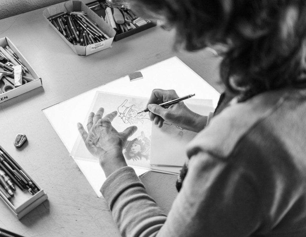 Andrea Jansen zeichnet eine Figur